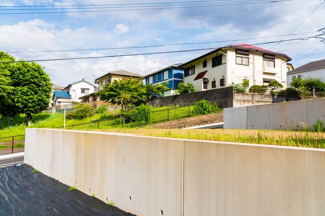 高低差がある土地は建築費用が高い? 上手な活用法と注意点